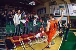 S&ouml;dert&auml;lje 2014-01-03 Basket Basketligan S&ouml;dert&auml;lje Kings - Bor&aring;s Basket :  <br /> Bor&aring;s Wictor Grenthe jublar med Bor&aring;s supportrar och sl&auml;nger upp en tr&ouml;ja mot l&auml;ktaren<br /> (Foto: Kenta J&ouml;nsson) Nyckelord:  jubel gl&auml;dje lycka glad happy