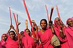 INDIA Uttar Pradesh Banda, Gulabi Gang, low caste and casteless women organize in women movement Gulabi gang of women leader Sampat Pal Devi and fight with bamboo sticks for equal right and against violent police or men / INDIEN Uttar Pradesh Banda, Frauen unterer Kasten und Kastenlose Frauen organisieren sich in der Frauenbewegung Gulabi Gang von Sampat Pal Devi , sie fordern und kaempfen mit Bambusstoecken fuer gleiche Rechte, gegen Polizeiwillkuer und gewalttaetige Maenner