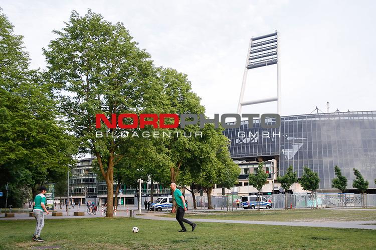 nphgm001: Impressionen rund um das erste  Geisterspiel in der Geschichte des 1. Werder Bremen am Montagabend<br /> <br /> im Bild: Die beiden Spielen vor dem Stadion Fussball. Sie besitzen eine Dauerkarte.<br /> <br /> Sport: Fussball: 1. Bundesliga: Saison 19/20: <br /> Werder Bremen vs Bayer04 Leverkusen 18.05.2020<br /> <br /> Nur für journalistische Zwecke! Only for editorial use!<br /> <br /> DFL regulations prohibit any use of photographs as image sequences and/or quasi-video.<br /> <br /> Foto ©   nordphoto / gumzmedia / Stoever