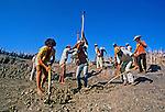 Frente de trabalho durante a seca no Ceará. 1983. Foto de Juca Martins.