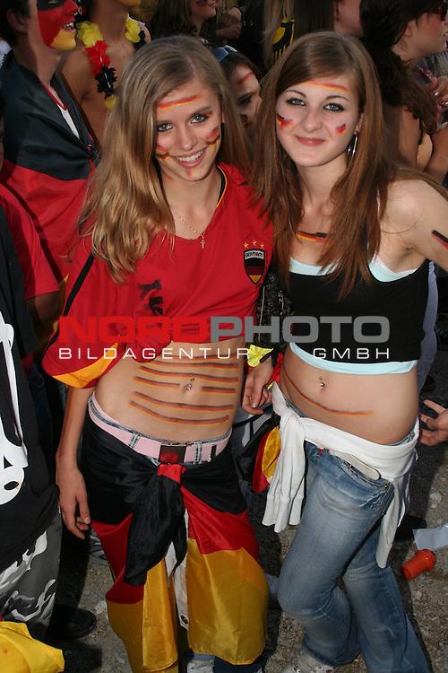 FIFA WM 2006 -  Fan Fest Nuernberg<br /> (Volksfestplatz)<br /> <br /> Viertelfinale: Deutschland - Argentinien<br /> <br /> Zwei junge deutsche Fans feiern vor dem Elfmeterschieflen *** Local Caption ***
