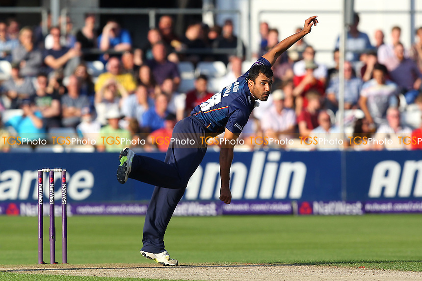 Ravi Bopara in bowling action for Essex - Essex Eagles vs Birmingham Bears - NatWest T20 Blast Quarter-Final Cricket at the Essex County Ground, Chelmsford, Essex - 02/08/14 - MANDATORY CREDIT: Gavin Ellis/TGSPHOTO - Self billing applies where appropriate - contact@tgsphoto.co.uk - NO UNPAID USE