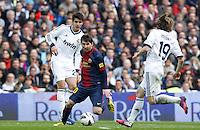 MADRI, ESPANHA, 02 MARÇO 2013 - CAMPEONATO ESPANHOL - REAL MADRID X BARCELONA - Lionel Messi (C)  jogador do Barcelona em partida contra o Real Madrid em partida pela 26 rodada do Campeonato Espanhol, neste sabado, 02. (FOTO: ALEX CID-FUENTES / ALFAQUI / BRAZIL PHOTO PRESS).
