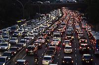 SAO PAULO, 31 DE AGOSTO DE 2012 - TRANSITO SP - Transito na Avenida 23 de Maio nos dois sentidos, altura do Paraiso, na noite desta sexta feira, regiao central da capital. FOTO: ALEXANDRE MOREIRA - BRAZIL PHOTO PRESS