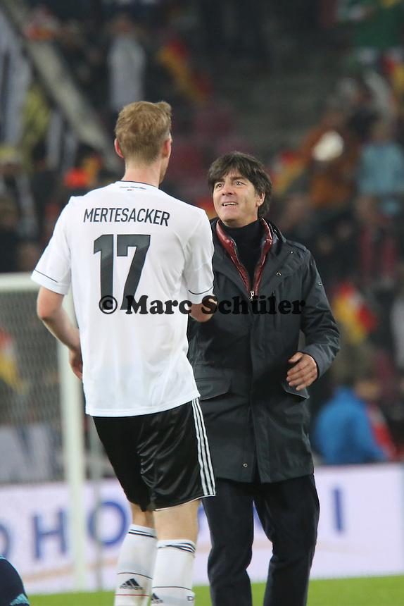 Per MErtesacker feiert mit Bundestrainer Joachim Löw (D) die WM-Qualifikation - WM Qualifikation 9. Spieltag Deutschland vs. Irland in Köln