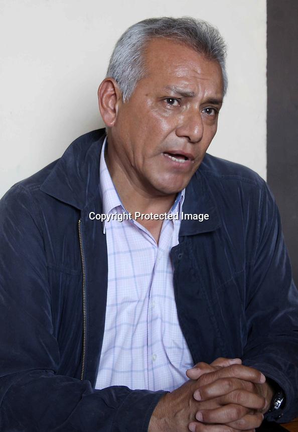 Oaxaca de Ju&aacute;rez, Oax. 05705/2015.-En conferencia de prensa, Gabriel L&oacute;pez Chi&ntilde;as, docente adherido a la secci&oacute;n 22 del Sindicato Nacional de Trabajadores de la Educaci&oacute;n (SNTE), dio a conocer p&uacute;blicamente su salida del partido Movimiento Regeneraci&oacute;n Nacional (MORENA), as&iacute; mismo aclaro que no ha sido seleccionado para ser candidato de ning&uacute;n organismo pol&iacute;tico como se ha rumorado dentro del interior del magisterio oaxaque&ntilde;o.<br /> <br />  <br /> <br /> Enfatiz&oacute; que el prop&oacute;sito fundamental de la convocatoria hacia los medios fue hacer algunas aclaraciones respecto algunos rumores que se han filtrado del interior del movimiento democr&aacute;tico de los trabajadores de la educaci&oacute;n del estado de Oaxaca, se&ntilde;alamientos de los cuales se deslindo.<br /> <br />  <br /> <br /> En primer lugar preciso que no estoy aqu&iacute; por el hecho de no haber sido seleccionado para un espacio o candidatura, mi visi&oacute;n pol&iacute;tica y mi formaci&oacute;n ideol&oacute;gica van mucho m&aacute;s all&aacute; que llegar al poder a cualquier precio, as&iacute; mismo puntualizo que no vengo hablar del medeteo, solo a fijar una posici&oacute;n pol&iacute;tica que he mantenido a lo largo de mi trayectoria como militante del movimiento magisterial democr&aacute;tico, asegur&oacute;.<br /> <br />  <br /> <br /> L&oacute;pez Chi&ntilde;as aclar&oacute; que sus declaraciones no pretenden incidir en el &aacute;nimo de la ciudadan&iacute;a en los pr&oacute;ximos comicios electorales del 7 de junio, en tanto desminti&oacute; categ&oacute;ricamente que no es candidato plurinominal, ni por MORENA, ni por ning&uacute;n otro partido pol&iacute;tico, esto dijo, con la intenci&oacute;n de arriar las banderas de sus detractores al interior del movimiento democr&aacute;tico magisterial, corriente de la cual es parte hace muchos a&ntilde;os.<br /> <br />  <br /> <br /> Preciso que mi modesta part