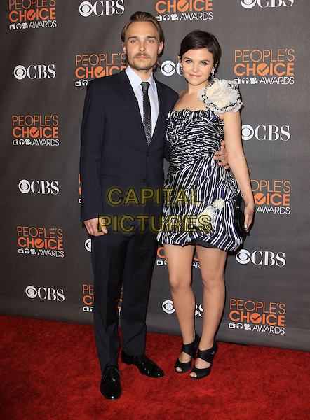JOEY KERN & GINNIFER GOODWIN.Arrivals at the 2010 People's Choice Awards held at the Nokia Theater L.A. Live in Los Angeles, California, USA. .January 6th, 2010 .full length strapless one shoulder blue white print dress flower corsage black sandals clutch bag peep toe shoes shoulder striped navy suit couple .CAP/ADM/KB.©Kevan Brooks/AdMedia/Capital Pictures.