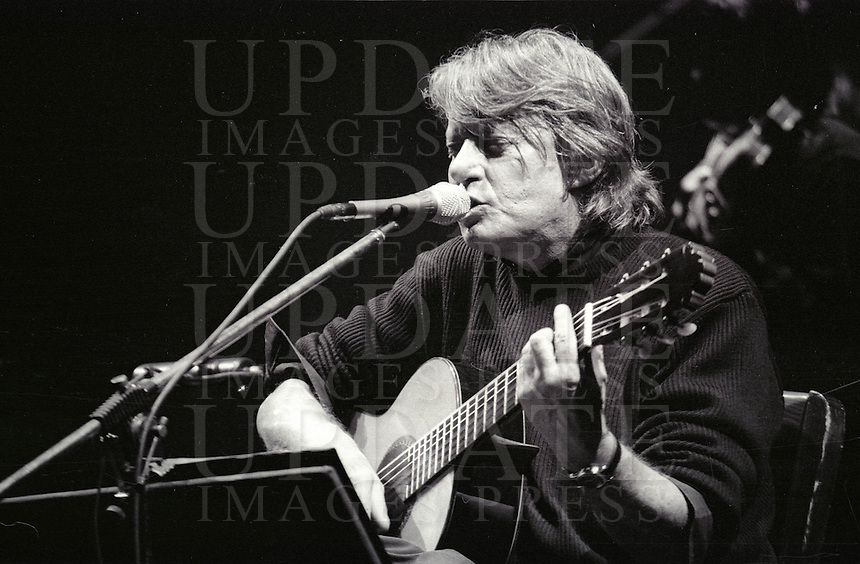 Il cantautore Fabrizio De Andre' in concerto al teatro Brancaccio di Roma, 12 febbraio 1998, poco meno di un anno prima della scomparsa, avvenuta l'11 gennaio 1999.<br /> Italian singer-songwriter Fabrizio De Andre' performs on stage during a concert at Rome's Brancaccio theater, 12 February 1998. De Andre' died on 11 January 1999.<br /> UPDATE IMAGES PRESS/Riccardo De Luca