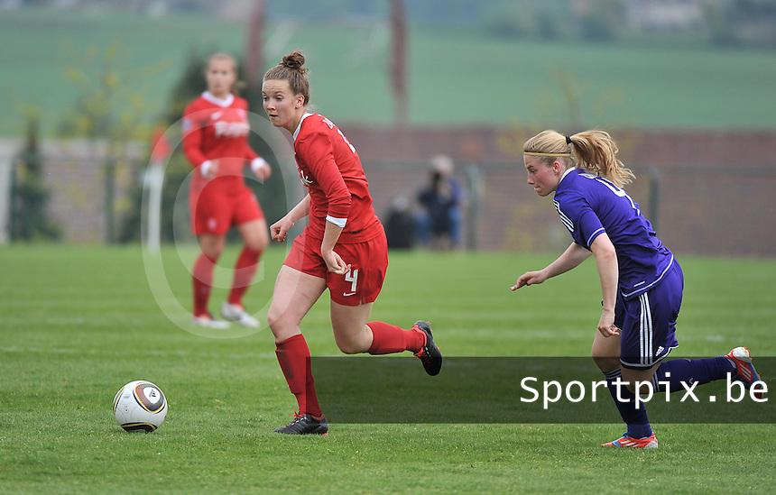 RSC Anderlecht Dames - FC Twente : Kirsten Bakker aan de bal voor Jana Coryn.foto DAVID CATRY / Nikonpro.be