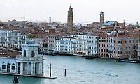 Blick auf die Einfahrt in den Canale Grande - 26.11.2017: Hafeneinfahrt Venedig mit der Costa Deliziosa