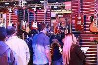 SÃO PAULO, SP - 18.09.2013 - EXPOMUSIC 2013 - Movimentação durante o primeiro dia da Expomusic, a 30ª Feira Internacional da Música tem início nesta quarta-feira (18) e termina nesse domingo (22), a feira ocorre no Expo Center Norte região norte de São Paulo e reúne grandes do mercado de instrumentos e pelo primeiro ano conta com um ciclo de palestras gratuitas para os participantes da feira.  (Foto: Marcelo Brammer/Brazil Photo Press)
