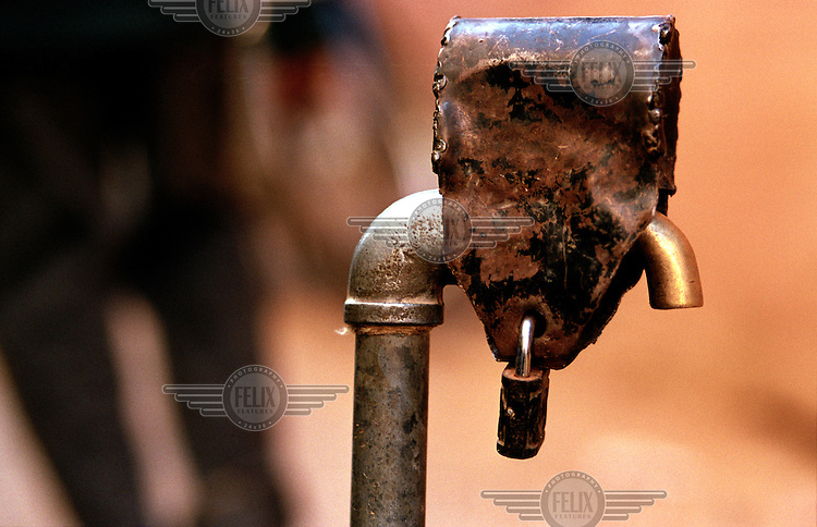 ©Crispin Hughes/Panos Pictures..MALI Gao 2003..Locked water tap.