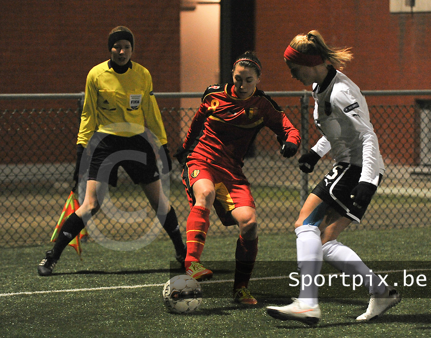 Belgium - Austria : Audrey Demoustier aan de bal voor Virginia Kirchberger en de toekijkende Stephanie Forde (links).foto DAVID CATRY / Vrouwenteam.be
