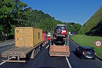 Transporte  na Rodovia Dutra. Rio de Janeiro. 2014. Foto de Juca Martins.