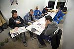 NIEUWEGEIN - In Nieuwegein starten medewerkers van aannemersbedrijf Kwakkenbos uit Harmelen de bouw van de openbare school De Toonladder, in de koude ochtend op met koffie en een dagelijks krantje(Spits, dagelijks door iemand bij het NS-station afgehaald). Om zeven uur precies gaat men de school binnen, om radio's, machines en lampen aan te zetten, batterijen op te laden, en een planning te maken voor de dag. Wegens het slechte weer arrivern de mannen die buiten aan het dak werken, pas later die dag. Vanwege de kou binnen, dragen de meeste mannen mutsen op het hoofd en handschoenen. De bouw van de school gaat ongeveer 2,6 miljoen euro kosten. COPYRIGHT TON BORSBOOM