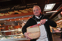 Europe/France/Aquitaine/64/Pyrénées-Atlantiques/Béarn/Pau: Jean-Pierre Obiergo et ses fromage d'Ossau du pays béarnais - La Crèmerie d'Ossau, Halles de Pau  [Non destiné à un usage publicitaire - Not intended for an advertising use]