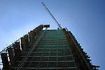 HOUTEN - In Houten verdwijnt een vracht buizen tijdens het ophijsen van een bouwkraan, over de rand van het hoogste Van der Valk Hotel in Nederland. Het door Wessels Rijssen gebouwde complex wordt zestig meter hoog, biedt een prachtig gezicht over het omliggende landschap, krijgt 164 kamers, het gebruikelijke restaurant, diverse vergaderruimtes en moet open gaan in maart 2008. ANP PHOTO COPYRIGHT TON BORSBOOM