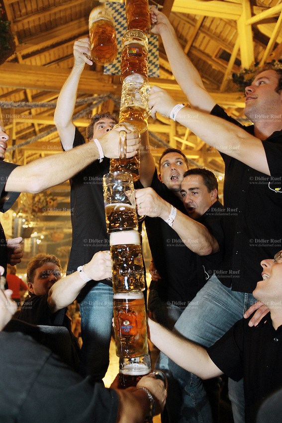 Switzerland. Canton Zürich. Winterthur. Oktoberfest. Bier fair. Cheers, Your health. A group of  young men build a pyramid with their beer mugs. Assembly line. Night life. © 2006 Didier Ruef