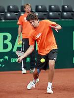 17-9-08, Netherlands, Apeldoorn, Tennis, Daviscup NL-Zuid Korea, onder toeziend oog traint kopman Robin Haase met ingetapete knie op het gravel  van Omnisport in Apeldoorn.