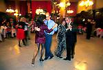 Casais dançam tango na Confiteria Ideal em Buenos Aires, Argentina. 1997. Foto de Ricardo Azoury.