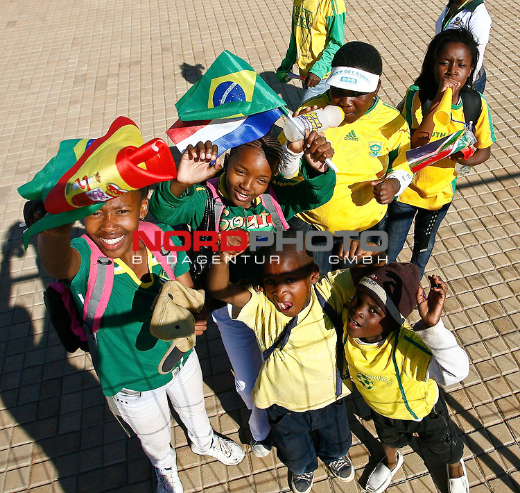 08.06.2010, Soccer City Stadium, Johannesburg, RSA, FIFA WM 2010, Fanfeature im Bild Schüler aus Johannesburg feiern, bejubeln den baldigen WM Start,  Foto: nph /  IPS/ Mark Atkins