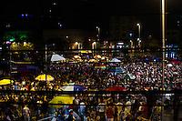 SÃO PAULO-SP-15.02.2014-CARNAVAL DE RUA/LARGO DA BATATA-Foliões embaixo de chuva forte no carnaval de rua do largo da Batata em Pinheirosa.Região oeste da cidade de São Paulo na niote desse domingo de carnaval,15.(Foto:Kevin David/Brazil Photo Press)