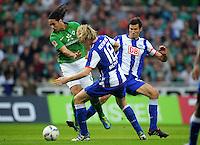 FUSSBALL   1. BUNDESLIGA   SAISON 2011/2012    7. SPIELTAG SV Werder Bremen - Hertha BSC Berlin                   25.09.2011 Claudio PIZARRO (li, Bremen) gegen Peter NIEMEYER (Mitte) und Andre MIJATOVIC (re, beide Berlin)