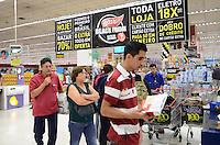 ATENCAO EDITOR: FOTO EMBARGADA PARA VEICULOS INTERNACIONAIS. SAO CAETANO DO SUL, SP, 22 DE NOVEMBRO DE 2012 - Movimentacao durante promocao chamada Black Friday, na loja do Extra Sao Caetano, no ABC, na noite desta quinta feira, 22.  FOTO: ALEXANDRE MOREIRA - BRAZIL PHOTO PRESS.