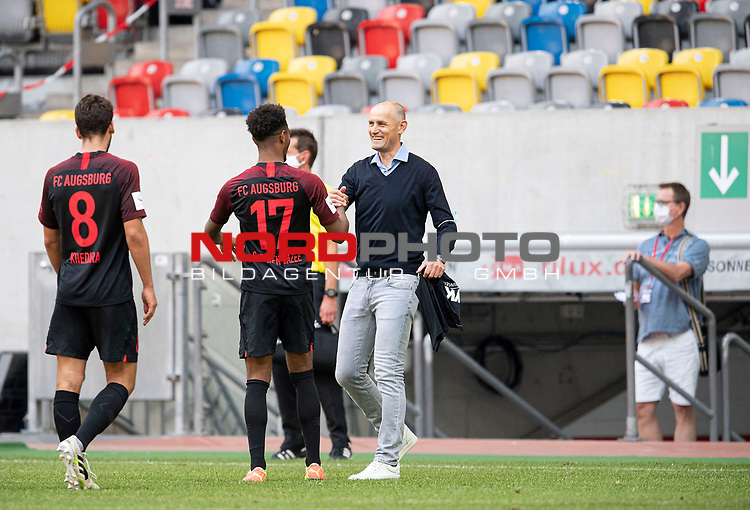 Trainer Heiko HERRLICH r. (A) mit Noah Joel SARENREN BAZEE (A), <br /><br />Fussball 1. Bundesliga, 33.Spieltag, Fortuna Duesseldorf (D) -  FC Augsburg (A), am 20.06.2020 in Duesseldorf/ Deutschland. <br /><br />Foto: AnkeWaelischmiller/Sven Simon/ Pool/ via Meuter/Nordphoto<br /><br /># Editorial use only #<br /># DFL regulations prohibit any use of photographs as image sequences and/or quasi-video #<br /># National and international news- agencies out #