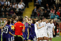 FRANKFURT, ALEMANHA, 17 DE JULHO DE 2011 - COPA DO MUNDO FIFA FUTEBOL FEMININO - JAPAO X ESTADOS UNIDOS -  Jogadoras do Japao comemoram apos vencer nos pênaltis os  Estados Unidos na final da Copa do Mundo de Futebol Feminino 2011, no Commerzbank-Arena (Waldstadion), Stadium de Frankfurt  na Alemanha, neste domingo (17). (FOTO: WILLIAM VOLCOV - NEWS FREE).