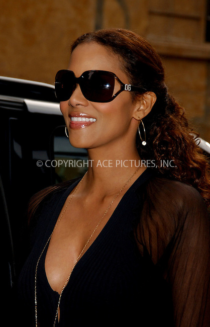 WWW.ACEPIXS.COM . . . . . ....NEW YORK, MAY 25, 2006....Halle Berry makes a guest appearnace at the Late Show with David Letterman.....Please byline: KRISTIN CALLAHAN - ACEPIXS.COM.. . . . . . ..Ace Pictures, Inc:  ..(212) 243-8787 or (646) 679 0430..e-mail: picturedesk@acepixs.com..web: http://www.acepixs.com
