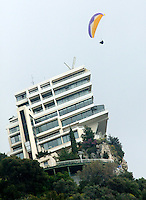 17-4-06, Monaco, Tennis,Master Series, Hangglider over hotel Vista Palace