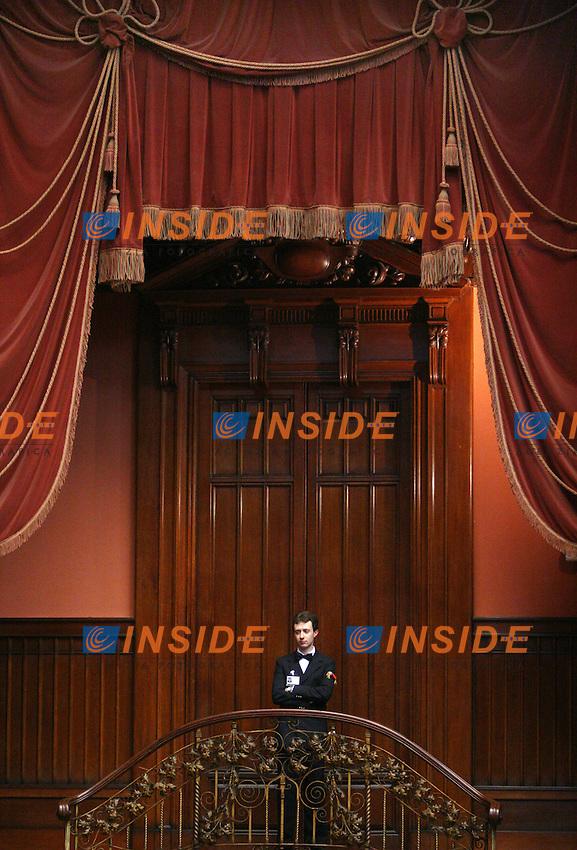 Roma 2006-05-08 Camera dei Deputati:All'ordine del giorno la prima votazione per l'elezione del Presidente della Repubblica<br /> Nella foto un commesso della Camera<br /> Photo Serena Cremaschi Insidefoto
