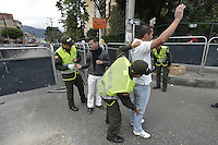 BOGOTÁ -COLOMBIA. 15-06-2014. Oficiales de Policía revisan a un elector antes de ejercer su derecho al voto durante la segunda vuelta de la elección de Presidente y vicepresidente de Colombia que se realiza hoy 15 de junio de 2014 en todo el país./ A pilice officer check an elector before he exerts his right to vote during the second round of the election of President and vice President of Colombia that takes place today June 15, 2014 across the country. Photo: VizzorImage/ Gabriel Aponte / Staff