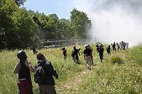Val di Susa: manifestanti protestano contro l'avvio dei lavori per il tunnel dell'alta velocità. La polizia lancia lacrimogeni per disperderli