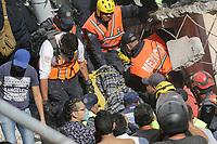 MEX60. CIUDAD DE MÉXICO (MÉXICO), 19/09/2017.- Rescatistas y personal civil rescatan personas con vida de los edificios colapsados en Ciudad de México (México) hoy, martes 19 de septiembre de 2017, tras un sismo de magnitud 7,1 en la escala de Richter, que sacudió fuertemente la capital mexicana y causó escenas de pánico justo cuanto se cumplen 32 años de poderoso terremoto que provocó miles de muertes. Las autoridades mexicanas elevaron hoy a 119 el número de muertos por el terremoto de magnitud 7,1 en la escala de Richter que sacudió hoy con violencia el centro del país. EFE/Jorge Dan López