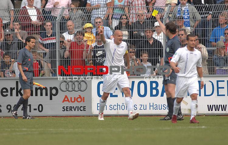 3. FBL 2008/2009 34. Spieltag RŁckrunde BSV Kickers Emden vs. Wacker Burghausen, Schiedsrichter Raphael Seiwert zeigt Emdens Capitšn Rudi Zedi (Emden #2) die gelbe Karte , Foto © nph (nordphoto)