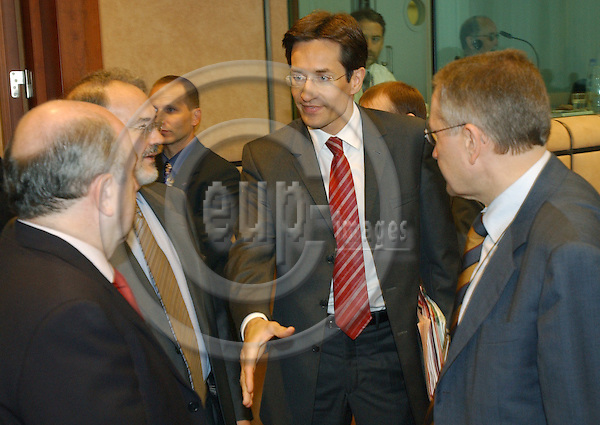 Brussels-Belgium - July 05, 2004---Meeting of the 'EUROGROUP'  at the 'Justus Lipsius', seat of the Council of the European Union in Brussels; here, Karl-Heinz GRASSER (ce), Austrian Federal Minister for Finance, shaking hands with Joaquín ALMUNIA AMANN (le), European Commissioner for Economic and Monetary Affairs; 2. le: Pedro SOLBES MIRA, Spanish Deputy Prime Minister and Minister for Finance; ri: Klaus REGLING, Director General at the European Commission---Photo: Horst Wagner/eup-images