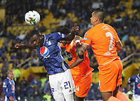 BOGOTÁ- COLOMBIA,14-07-2019:Fabian Gonzalez Lasso (Izq.) jugador de Millonarios disputa el balón con Humberto Mendoza (Der.) jugador del Envigado durante la primera fecha de la Liga Águila II 2019 jugado en el estadio Nemesio Camacho El Campín de la ciudad de Bogotá. /Fabian Gonzalez Lasso  (L) player of Millonarios fights the ball  against ofHumberto Mendoza (R) player of Envigado during the  match for the date 1 of the Liga Aguila II 2019 played at the Nemesio Camacho El Campin stadium in Bogota city. Photo: VizzorImage / Felipe Caicedo / Staff