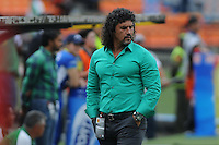MEDELLÍN -COLOMBIA-03-11-2013. Leonel Alvarez técnico de Deportivo Cali gesticula durante del partido por la fecha 17 de la Liga Postobon II-2013, jugado en el estadio Atanasio Girardot de la ciudad de Medellin./ Deportivo Cali coach Leonel Alvarez gestures during a match for the 17th  date of the Postobon Leaguje II-2013 at the Atanasio Girardot Stadium in Medellin city. Photo: VizzorImage/Luis Ríos/STR