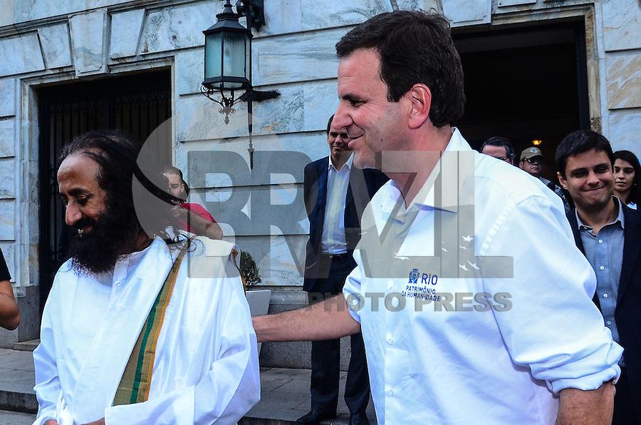 """RIO DE JANEIRO, RJ, 03 SETEMBRO 2012 - PREFEITO EDUARDO PAES RECEBE SRI SRI RAVI SHANKAR NO PALACIO DA CIDADE -  O prefeito Eduardo Paes recebeu no Palacio da Cidade, nesta segunda-feira, 03 de setembro, o lider humanitario e espiritual Sri Sri Ravi Shankar, um dos homens mais influentes da India. Shankar veio a cidade participar do Medita Rio – Juntos pela Paz (evento de meditacao coletiva na Cinelandia) e divulgar os trabalhos de sua ONG """"Arte de Viver"""", que defende a respiracao como fonte de serenidade, saude e beleza.  As acoes e projetos de Sri Sri Ravi Shankar pelo mundo ja lhe renderam quatro indicacoes ao Premio Nobel da Paz, no Palacio da Cidade, em Botafogo, zona sul do Rio de Janeiro. FOTO: MARCELO FONSECA / BRAZIL PHOTO PRESS."""