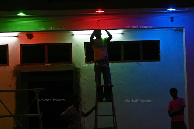 02.11.2008 Pushkar(Rajasthan)<br /> <br /> Men changing bulb in a shop.<br /> <br /> Hommes en train de changer une ampoule &eacute;l&eacute;ctrique dans un magasin.