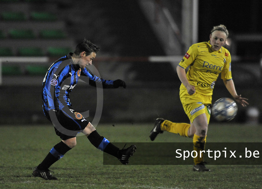 Club Brugge Dames - WB Sinaai Girls : Christine Saelens aan de bal voor Wiene Van Guyse.foto DAVID CATRY / Vrouwenteam.be