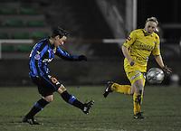Club Brugge Dames - WB Sinaai Girls : Christine Saelens aan de bal voor Wiene Van Guyse.foto DAVID CATRY / Vrouwenteam.be