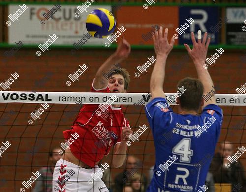 2009-10-03 / Volleybal / seizoen 2009-2010 / Vosselaar - Bouwel / Bram Auwers (Bouwel) plaatst de bal naast het blok van Weyns..Foto: mpics