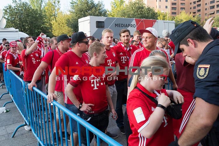 28.09.2016, Estadio Vicente Calderon, Madrid, ESP, UEFA CL Group D, Atletico Madrid vs FC Bayern Muenchen im Bild<br />  Fans Bayern  . Foto &copy; nph / Rodrigo Jimenez)