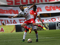 BOGOTA - COLOMBIA - 12-09-2015: Yair Arrechea jugador de Independiente Santa Fe  disputa el balon con Martin Icart Patriotas de Boyaca FC durante  partido  por la fecha 12 de la Liga Aguila II 2015 jugado en el estadio Nemesio Camacho El Campin. / Yair Arrechea player of Independiente Santa Fe   fights the ball against Martin Icart of Patriotas de Boyaca FC  during a match for the  twelfth date of the Liga Aguila II 2015 played at Nemesio Camacho El Campin stadium in Bogota city. Photo: VizzorImage / Felipe Caicedo / Staff.