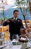 "Europe/Italie/Côte Amalfitaine/Campagnie/Ravello : Service du vin au restaurant ""Rosselinis"" de l'hôtel ""Palazzo Sasso"" via San Giovanni del Toro"