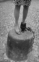 Paris (&icirc;le de france)<br /> <br /> Femme debout pr&egrave;s du sacr&eacute; coeur.<br /> <br /> Woman standing near by sacr&eacute; coeur.