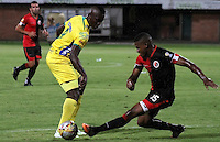 CUCUTA -COLOMBIA, 20-08-2015: Jhon F. Hurtado (Der.) jugador del Cucuta Deportivo disputa el balón con Cristian S. Canga (Izq.) jugador de Atlético Huila durante partido por la fecha 7 de la Liga Aguila II 2015 disputado en el estadio General Santander de la ciudad de Cúcuta./ Jhon F. Hurtado (L) player of Cucuta Deportivo fights for the ball with Cristian S. Canga (R) player of Atletico Huila during match for the 7th  date of the Aguila League II 2015 played at General Santander stadium in Cucuta city. Photo: VizzorImage / Manuel Hernandez /